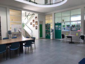 suasana lobby di depan ruang kelas YIS
